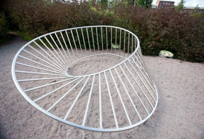 Металлическая конструкция в форме кольца Мебиуса - kalkpro.ru